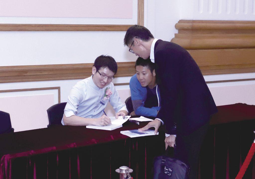 吳俊霆把他的攀山故事出版成書,在會場舉行簽名會義賣籌款,獲得不少觀眾支持。