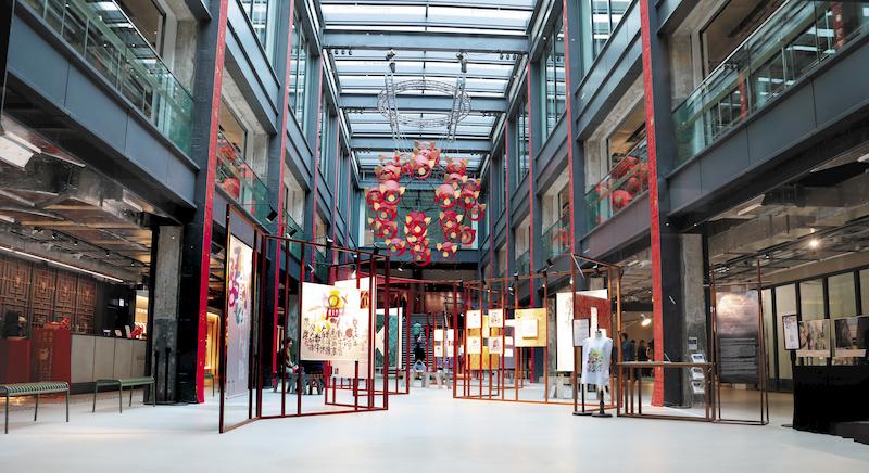 紗廠定期於地面大堂舉辦藝術展覽。玻璃天幕下的天然光線錯落有致,與空心的展品互為映襯,是文青必訪之地。