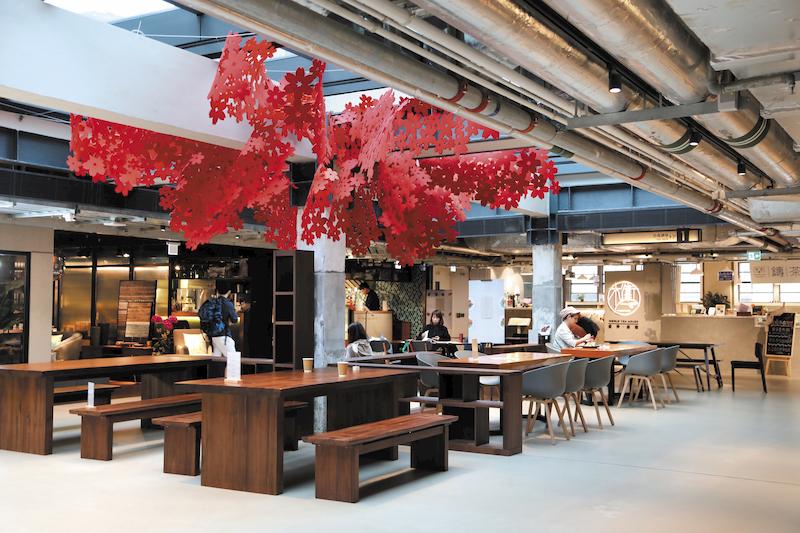 特色餐廳、咖啡室、茶館遍佈紗廠,每一間都各有特色。另外,「南豐店堂」內有許多特色小店,手工藝、服飾、書店、花藝、木製家具,都是坊間少見的。
